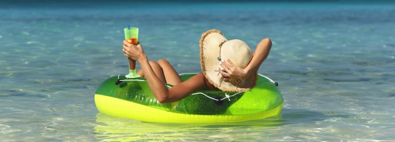 Vrouw in de zee met cocktail