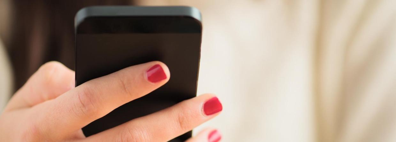 Vrouw met mobiel in haar hand