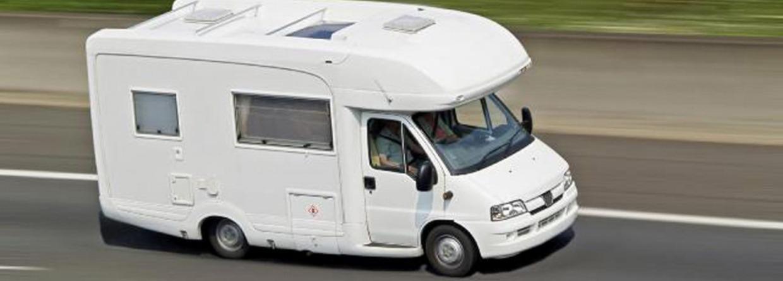 Witte camper op de weg