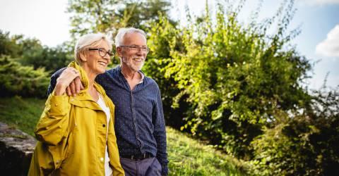 Senior paar genieten in Park, inkomen, pensioen, senioren, ouderen