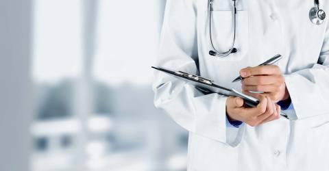 Prinsjesdag arts met stethoscoop maakt aantekening